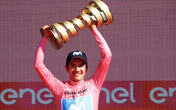 Richard Carapaz Giro d'Italia võidukarikaga.