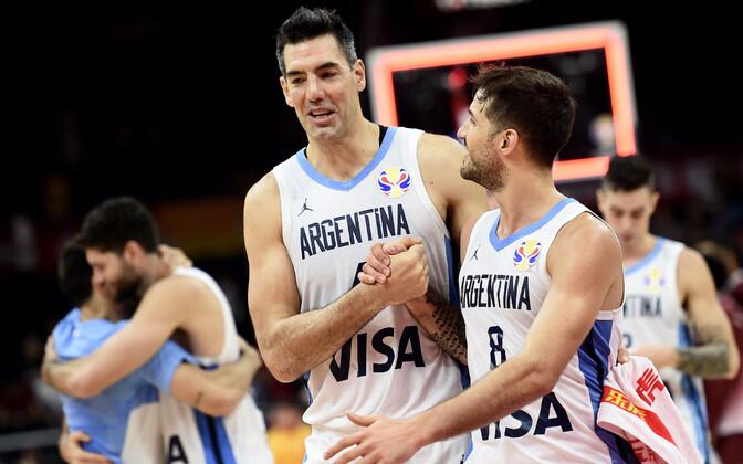 Luis Scola (vasakul) ja Nicolas Laprovittola võidu üle rõõmustamas.
