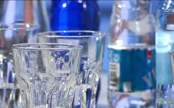 Производство бутилированной воды имеет негативные последствия для окружающей среды.