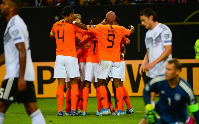 Hollandi koondis väravat tähistamas.