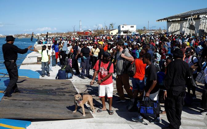 Inimesed ootavad laevalepääsu Marsh Harbouri sadamas Bahamal Abaco saarel.