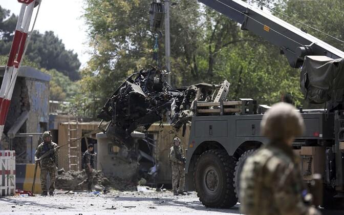 Autopommi plahvatuskoha koristamine Kabulis.