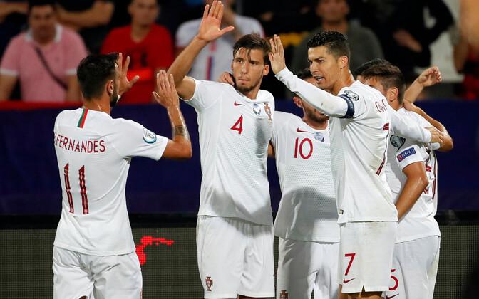 Portugali koondislased väravat tähistamas.