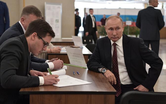 Vene president Vladimir Putin käis pühapäeval Moskva linnaduumat valimas.