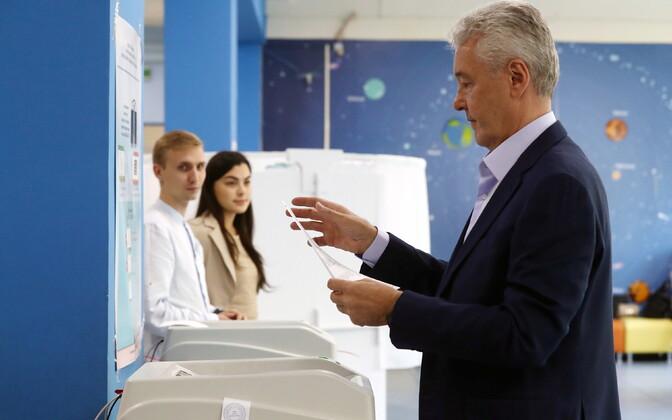 Moskva linnapea Sergei Sobjanin valimiskasti juures