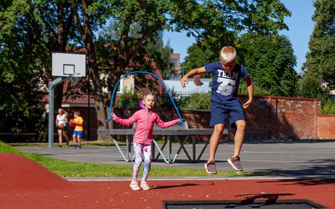 Дети должны быть активны по меньшей мере час в день.