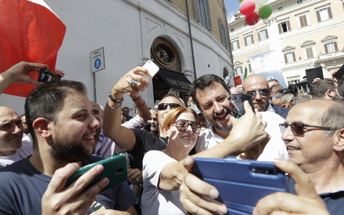 Matteo Salvini Roomas meeleavaldajatega fotosid tegemas.
