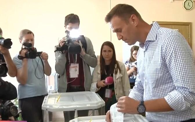 Aleksei Navalnõi valimiskasti juures.
