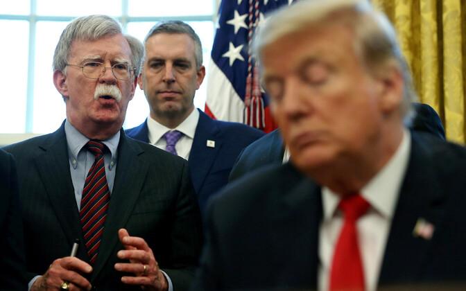 John Bolton (vasakul), Donald Trump esiplaanil.