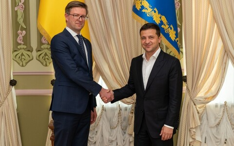Владимир Зеленский поблагодарил эстонские власти через посла Каймо Кууска (слева).