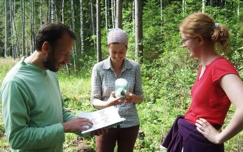 Mõne liblika liigilist kuuluvust tuli täpsustada määraja abil. Keskel doktoritöö autor Mari-Liis Viljur, vasakul juhendaja Tiit Teder ja paremal Kristiina Taits.