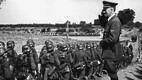 Adolf Hitler annab au oma väeüksusele, kes marsib Poolasse. Väed liiguvad ajutise puusilla poole, mille natsid ehitasid üle Sani jõe pärast sõjategevuse algust. 15. september 1939.