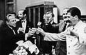 Jossif Stalin ning Vjatšeslav Molotov on rahul: NSV Liidu – Saksamaa mittekallaletungileping koos salajase lisaprotokolliga on sõlmitud. Stalin lööb klaasi kokku Hitleri ametliku fotograafi Heinrich Hoffmanniga.