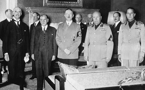 Briti peaminister Neville Chamberlain, Prantsusmaa peaminister Édouard Daladier, Saksamaa riigikantsler Adolf Hitler, Itaalia peaminister Benito Mussolini ja Itaalia välisminister krahv Galeazzo Ciano Müncheni leppe sõlmimisel 29/30. septembril 1938.