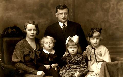 Perepilt 1930. aastate algupoolelt: vasakul Antonie Soonpää, tema kõrval pere pesamuna poeg Henn, Karl Soonpää, noorem tütar Helvi Maie ja vanem tütar Heljo Laine.