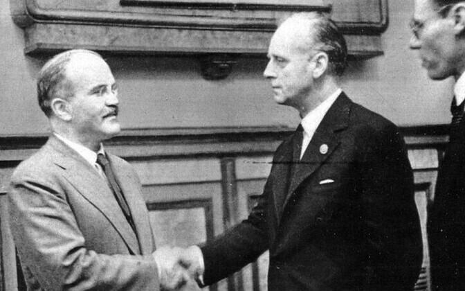 Vjatšeslav Molotov ja Joachim von Ribbentrop pakti sõlmimisel 23. augustil 1939. aastal.