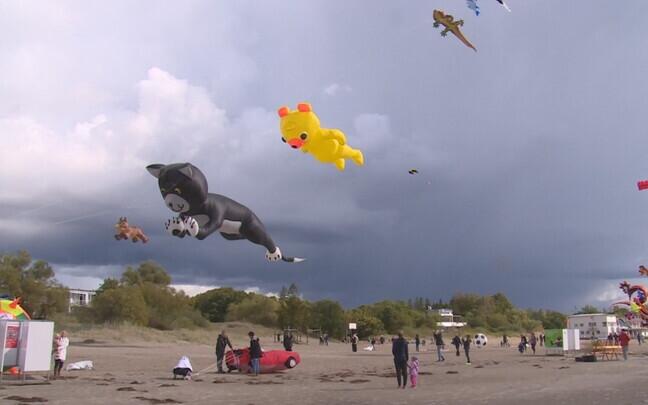 Pärnu rannas lennutati tuulelohesid.