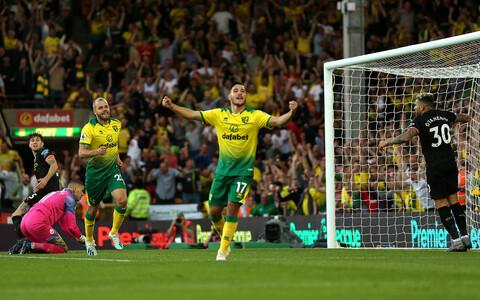 Teemu Pukki (vasakul kollases) lõi Manchester City võrku Norwichi kolmanda värava