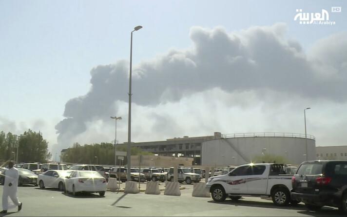 Налеты беспилотников на нефтеперерабатывающие заводы Saudi Aramco привели к приостановке добычи 5,7 миллиона баррелей нефти в сутки.