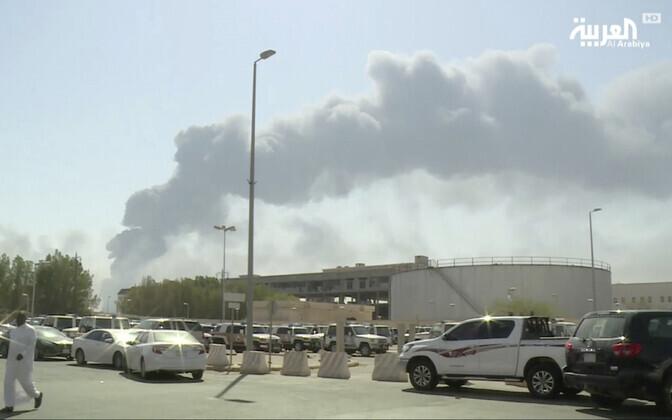 Vaade droonirünnakust põlema süttinud Abqaiqi naftatöötlemistehasele Saudi Araabias.