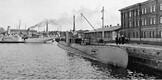 Poola allveelaev Orzeł Tallinna sõjasadama kai ääres 16.–17. septembril 1939. Taamalmiiniveeskajad-traalerid Suurop ja Ristna. Teadaolevalt ainus selles rakursis ülesvõte.