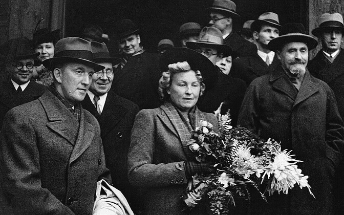 Välisminister Karl Selter (pildil vasakul) saabub abikaasa Melaniega Moskvasse. Ministri kõrval Eesti saadik Moskvas August Rei, pildil paremal NSV Liidu välisministri abi (ministri asetäitja) Solomon Lozovski. Leningradi vaksal, 24. september 1939.