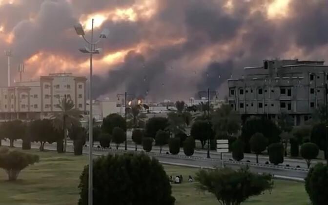 Дым над атакованным с дронов НПЗ саудовской компании Aramco.