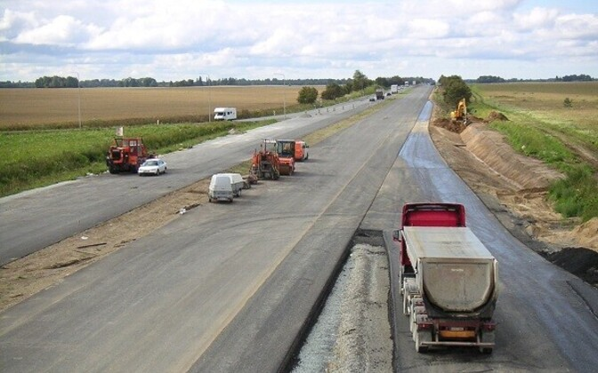 Sand, gravel and limestone are mainly used in road construction.