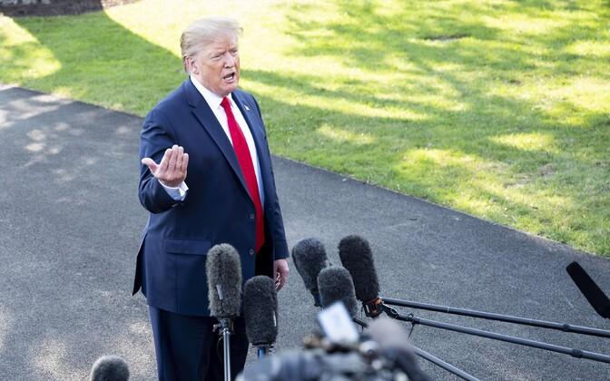 Donald Trump ajakirjanikega suhtlemas.