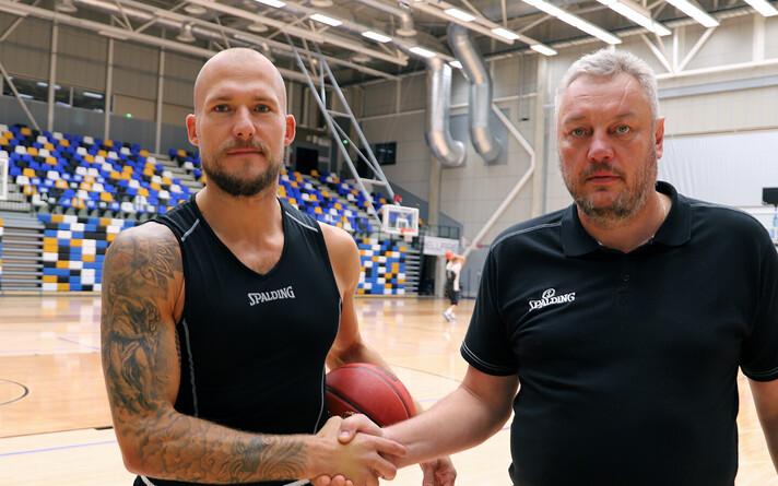 Martynas Mažeika ja TÜ korvpallimeeskonna peatreener Priit Vene