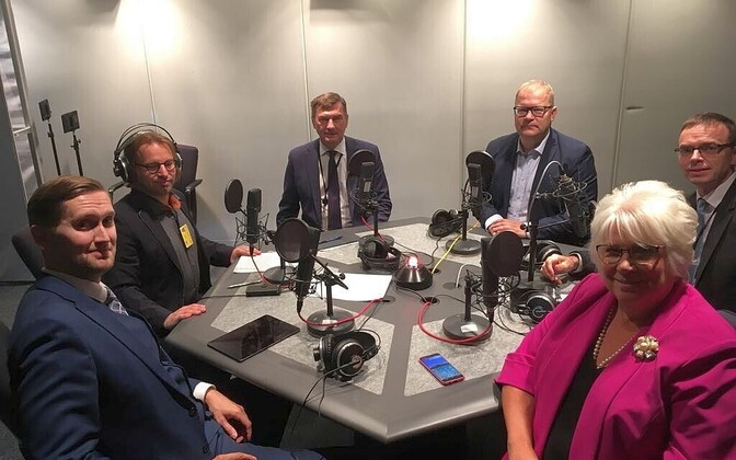 Marina Kaljurand, together with four more of Estonia's six MEPs in the Vikerraadio studio in Strasbourg, clockwise from bottom left, Jaak Madison (EKRE), presenter Arp Müller, Andrus Ansip (Reform), Urmas Paet (Reform), Sven Mikser (SDE).