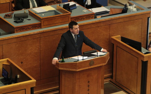 Prime Minister Jüri Ratas (Centre) speaking before the Riigikogu.