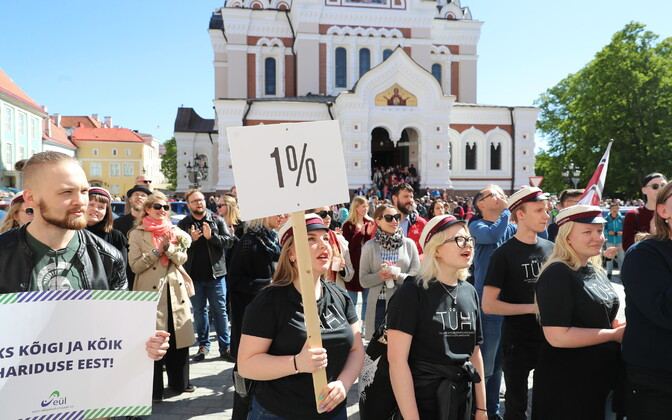 Researchers have convened on Toompea Hill in Tallinn to protest the government's planned freeze on research spending. May 30, 2019.