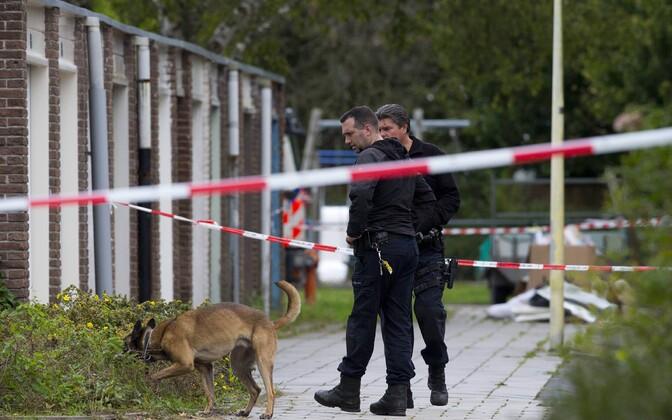 Hollandi politseinikud Derk Wiersumi mõrvakohal tegutsemas.