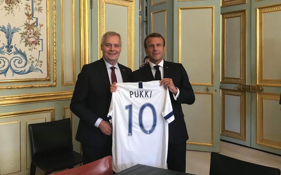 Antti Rinne kinkis Emmanuel Macronile Teemu Pukki mängusärgi.