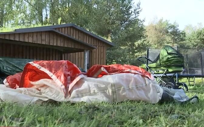 Тестовый парашют приземлился во двор дома, в котором обычно спит младший член семьи.