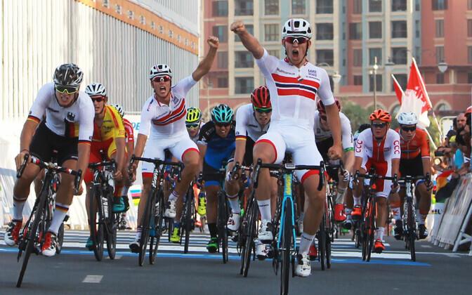Kristoffer Halvorsen võidutsemas Dohas. Taga sinises on Eesti rattur Aksel Nõmmela.