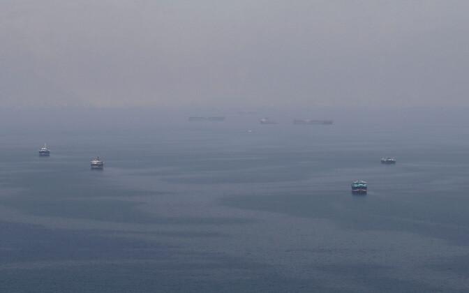 Omaani ranniku lähistel seilavad laevad suundumas Hormuzi väina.