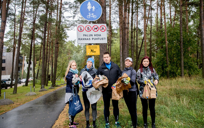 Prime Minister Jüri Ratas (Centre) participating in World Cleanup Day. Sept. 21, 2019.