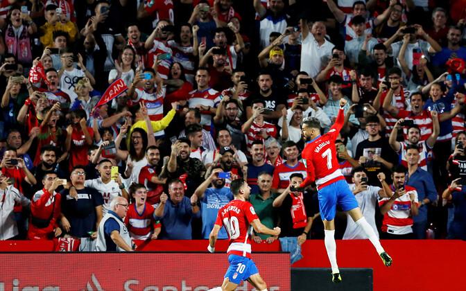 Granada mängijad meeskonna teist väravat tähistamas