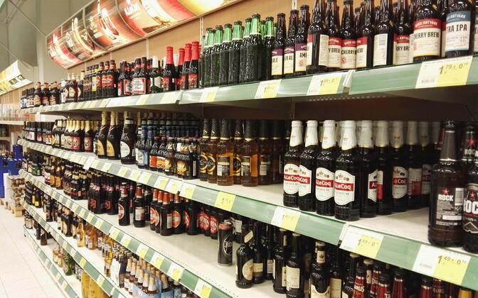 В больших магазинах алкогольная продукция, как правило, визуально скрыта. Иллюстративная фотография.