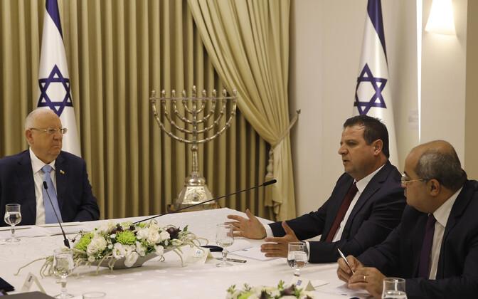 Iisraeli president Reuven Rivlin, vasakul, kohtub araabia parteide ühendnimekirja esindajate Ahmed Tibi ja Ayman Odehiga.