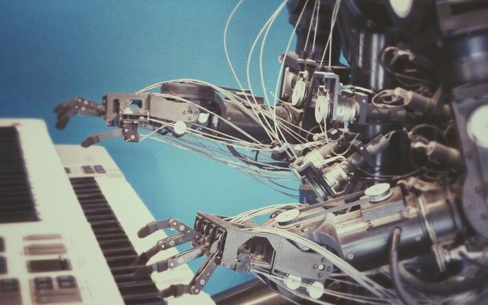 Tehisintellekt ja masinad asendavad üha enam spetsialistidele mõeldud töökohti.