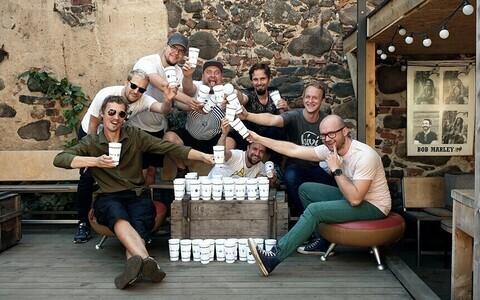Staff members from Kivi, Naiiv, Barlova and Möku bars with their reusable plastic cups.