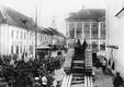 Eesti sõjaväelased Narvas Raekoja platsil ärevuses 27. septembril 1939: kas tuleb sõda? Narva sõjaväeringkonna ülem oli juba palunud juhendeid, kas Narva sillad kohe mineerida.