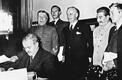 NSV Liidu – Saksamaa sõpruse- ja piirilepingu allakirjutamine 1939. a 29. septembri varahommikul Moskvas Kremlis. Allkirja annab Vjatšeslav Molotov.