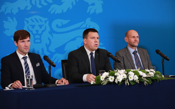 Prime minister Jüri Ratas (Centre) announcing the coalition approval of the 2020 state budget, flanked by finance minister Martin Helme (EKRE) and Isamaa leader Helir-Valdor Seeder.