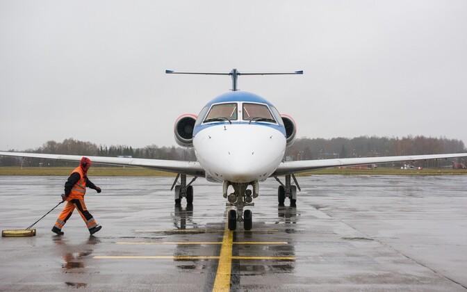 Самолет Adria Airways в Таллиннском аэропорту.