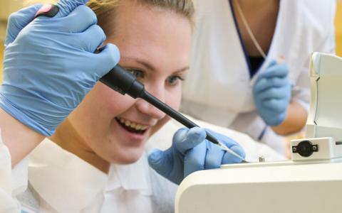 Tartu Ülikooli rändavas bioklassis õpetatakse pipeteerimist ja laboritöös igapäevaselt kasutatavaid metoodikaid.