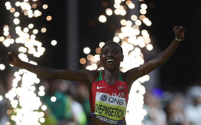 Ruth Chepngetich MM-maratoni finišis.